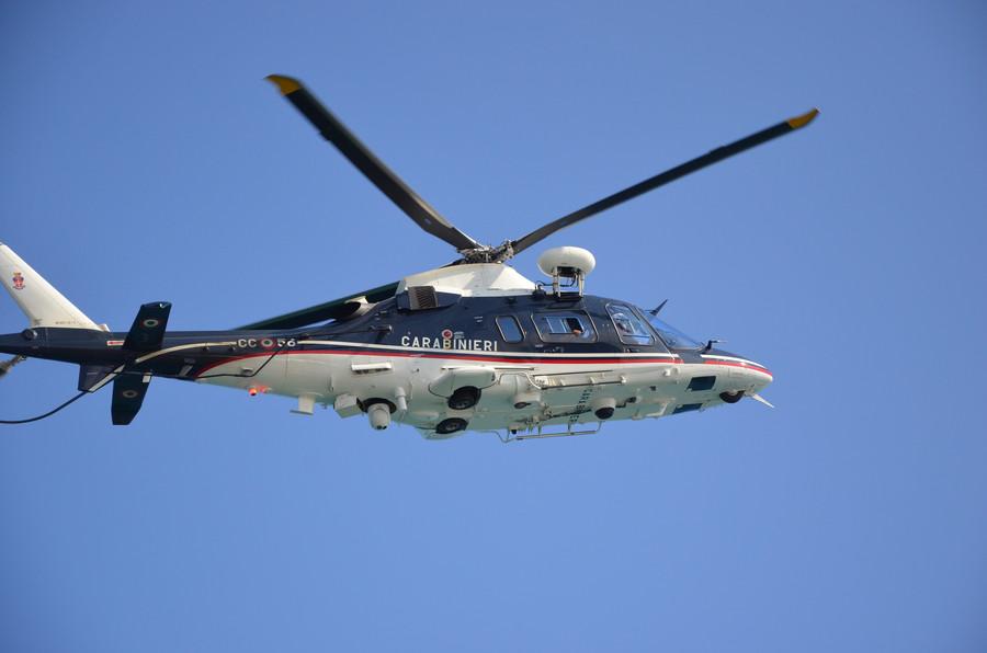 Elicottero Quanto Consuma : Marano elicotteri dei carabinieri sorvolano la città