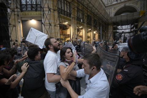 Renzi a Napoli, protesta dei centri sociali: scontri manifestanti polizia